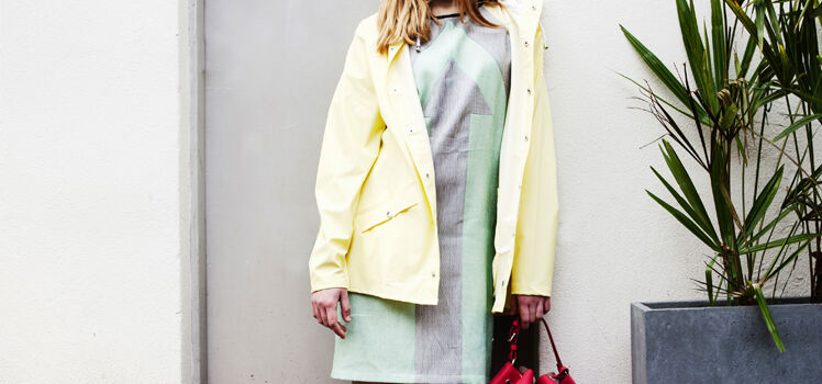 Kleid mit Regenjacke